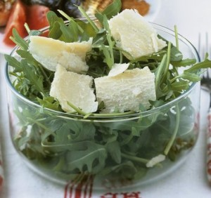 Salad with sardines, arugula and raisins